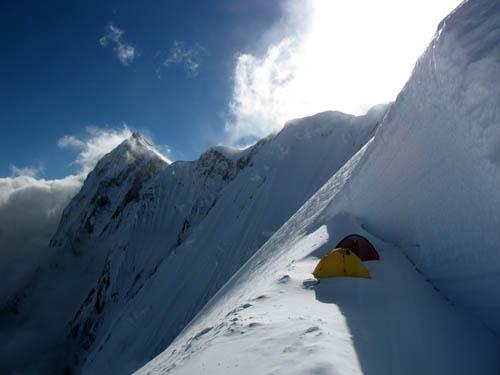 Obóz III przed wejściem na grań (ok. 7000 m), widać kończący grań wschodni wierzchołek Annapurny (8010 m). Fot. P. Morawski